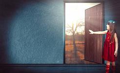 молодая девушка открывает дверь на улицу
