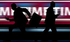 due uomini d'affari in silhouette che corrono freneticamente in direzioni opposte