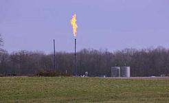 Blussende ved en brækket brønd i det nordvestlige Pennsylvania. En mulig årsag til sundhedsproblemer, såsom astma, i samfund med fracking er højere luftforurening. wcn247 / flickr, CC BY-NC