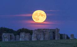 lună plină peste Stonehenge
