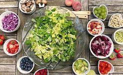 salade avec de petits bols d'ingrédients crus