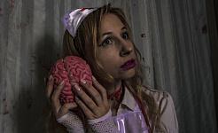 женщина держит мозг у уха