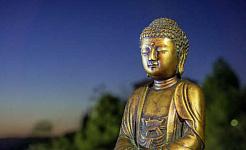 dalgın bir Buda'nın altın heykeli