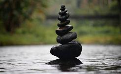 đống đá cuội cân bằng hoàn hảo