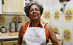 pessoa idosa de cor em cozinha estilo anos 70