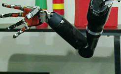 Hvordan implantater og en robotarm lader en lammet mand genvinde