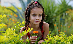 gadis muda di ladang tanaman dan bunga