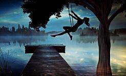 hình bóng của một cô gái trên cao xích đu vào lúc hoàng hôn nhìn xuống hồ sương mù