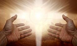 två händer öppna för ett strålande ljus