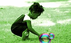 طفل يلعب بالفقاعات