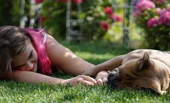 bức ảnh của một người nằm xuống bên cạnh một con chó