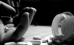 Uma em cada dez pessoas que usam álcool ou outras drogas são dependentes. Ashey Rose / Flickr, CC BY