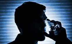 Wie nur ein Telefonanruf Alkoholmissbrauch unter Soldaten schneidet