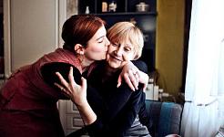 'N Jonger vrou omhels haar ma