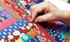 一个人用许多不同的织物缝制被子