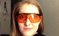 Kan du ha orange tonade glasögon innan sängen hjälper dig att sova?