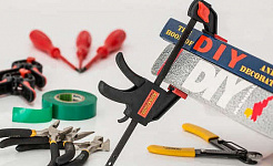 изображение различных инструментов с наклейкой DIY