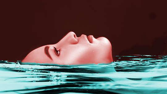 漂浮在水中的女人的臉