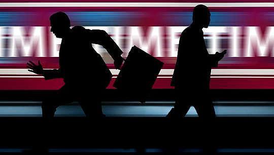 zwei Geschäftsleute in Silhouette, die hektisch in entgegengesetzte Richtungen laufen
