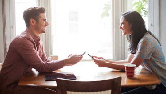 کیا ڈیٹنگ ایپس طویل مدتی تعلقات کو مار رہی ہیں؟
