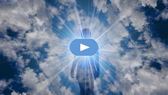 orang yang memancarkan cinta dan cahaya dari hati mereka ke alam semesta