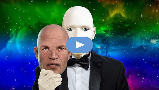 holder en maske av en manns ansikt