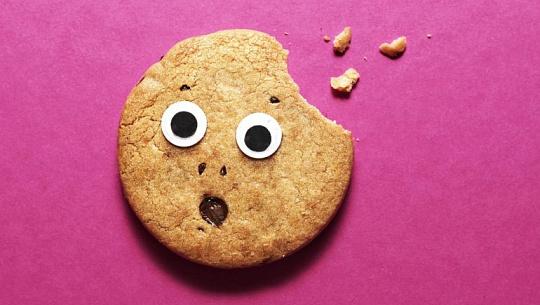 一個有眼睛和嘴巴的驚訝餅乾咬了一口