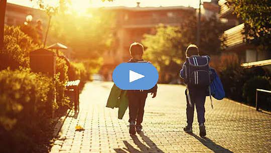 دو پسر جوان به تنهایی در خیابان راه می روند