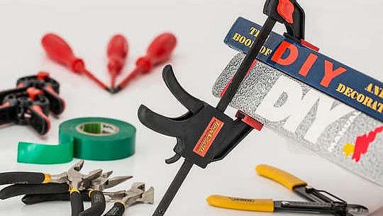 gambar berbagai alat dengan stiker DIY