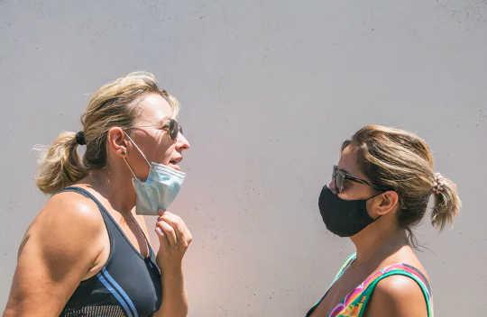 Cómo hablar con alguien que no usa una máscara y realmente cambiar de opinión
